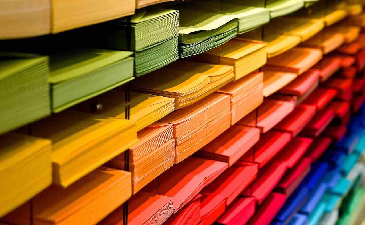 さまざまな色の紙