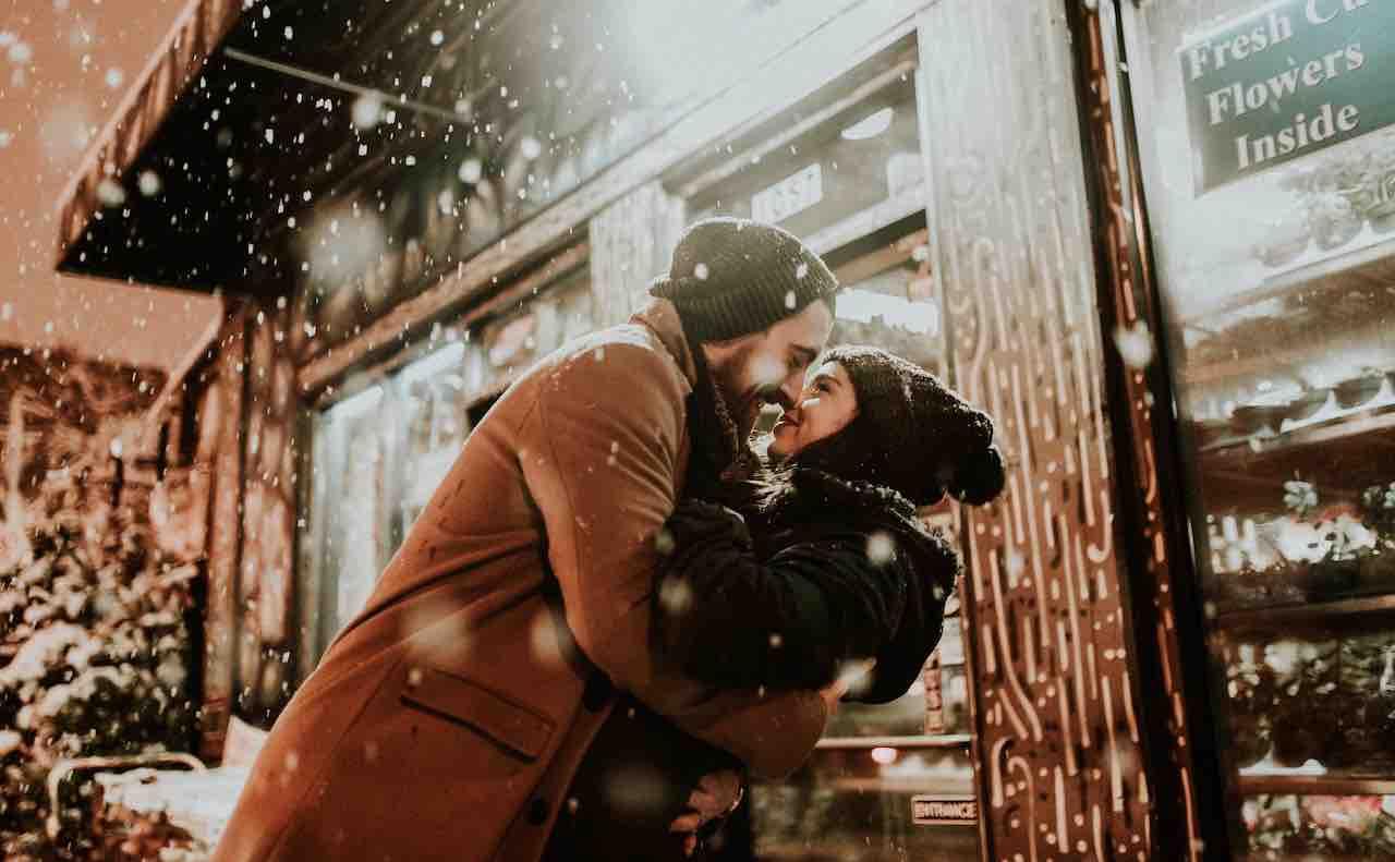 冬の雪の中で愛し合うカップル