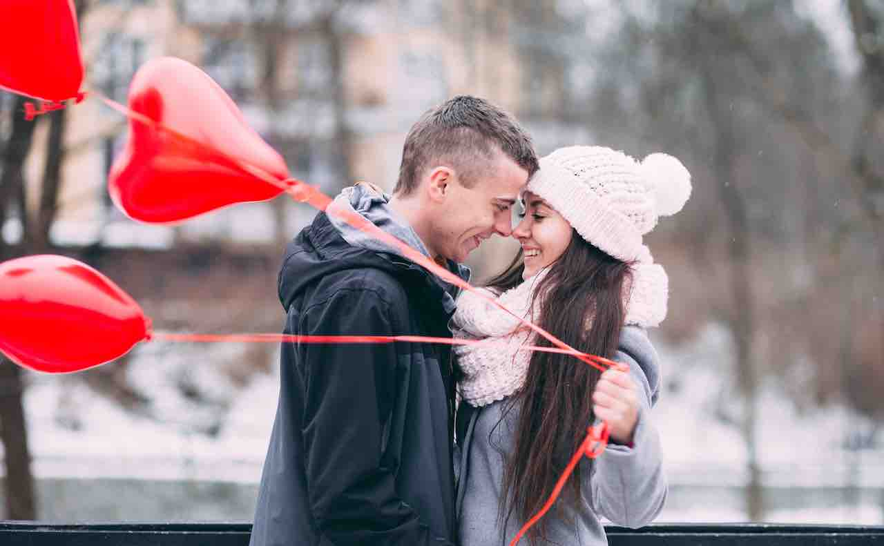 赤風船を持つカップル