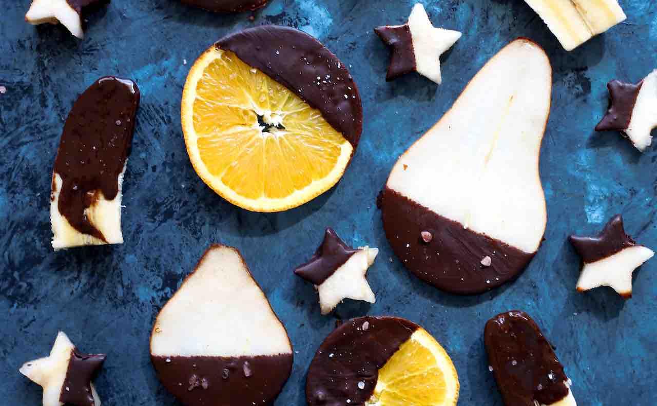 チョコレートでコーティングされたフルーツ