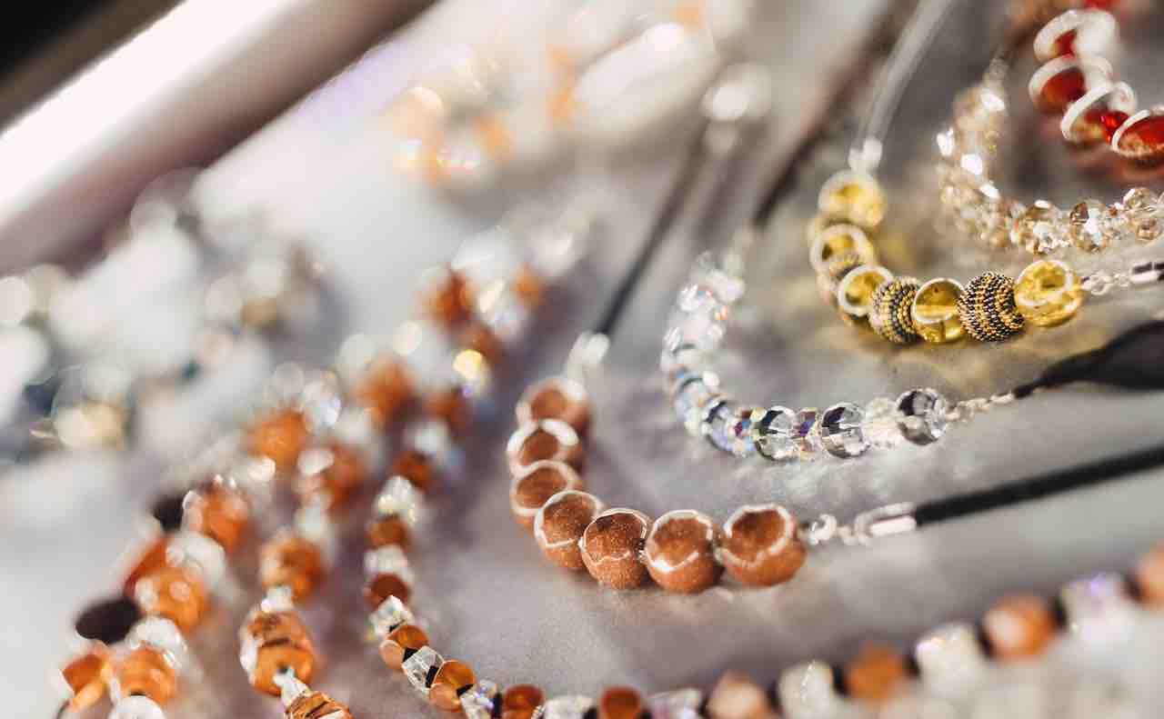 さまざまな宝石のネックレス