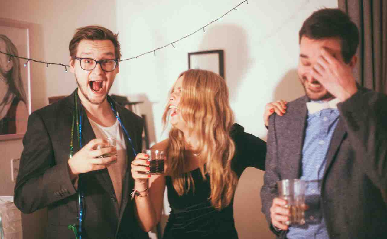 誕生日パーティーをする人々